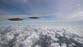 L'avion vole haut au-dessus des nuages et de la terre L'aile des avions en ciel bleu à l'horizon clips vidéos