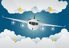 L'avion vole par des nuages jour pluvieux et foudre en nuage Photos libres de droits