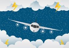 L'avion vole par des nuages jour pluvieux et foudre en nuage Photos stock