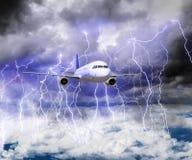L'avion vole par une tempête avec un bon nombre de foudre photo stock