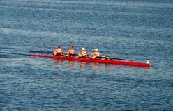 L'aviron collégial Teams la pratique sur le Pacifique Image stock