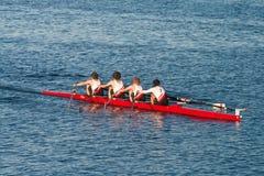 L'aviron collégial Teams la pratique sur le Pacifique Images stock