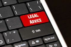 L'avis juridique sur le rouge entrent dans le bouton sur le clavier noir Images libres de droits