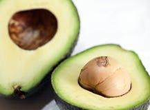 L'avocado è dimezzato, mango, calce su una tavola di legno fotografie stock