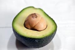 L'avocado ? dimezzato, mango, calce su una tavola di legno fotografia stock