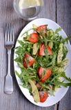 L'avocado, la fragola e l'insalata della rucola con il seme di papavero sauce Fotografia Stock