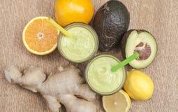 L'avocat de gingembre a tiré les ingrédients sains de smoothies de boissons de puissance Image stock