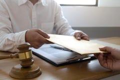 L'avocat envoient des documents d'un contrat au client dans le bureau avocat de conseiller, mandataire, juge de cour, concept photos libres de droits