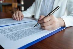 L'avocat fournit le conseil, conseil, propositions juridiques Examen des documents juridiques photographie stock libre de droits