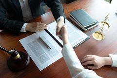 L'avocat fournit le conseil, conseil, propositions juridiques Examen des documents juridiques photo stock