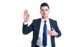 L'avocat honnête remettent le coeur comme jurent ou le geste de serment Photos libres de droits