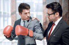 L'avocat instruit un jeune homme d'affaires photos stock