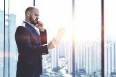 L'avocat masculin parle au téléphone portable photo libre de droits