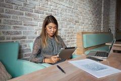 L'avocate mignonne de femme emploie la table numérique, Photographie stock libre de droits