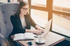 L'avocate rêveuse réussie de dame d'affaires est à son lieu de travail dans a photos stock