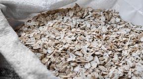 L'avoine s'écaille dans un sac Plan rapproché Texture Aliment biologique normal Riches en bonne santé d'aliments diététiques en c photos stock