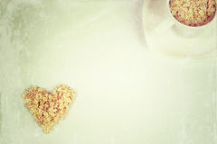 L'avoine s'écaille dans une forme de coeur et de tasse avec la soucoupe Photographie stock