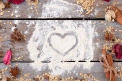 L'avoine s'écaille, les épices, coeur sur la farine Photos stock