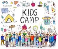 L'avventura del campo dei bambini dell'estate esplora il concetto fotografie stock