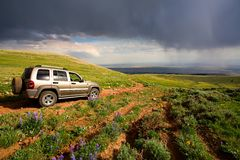 L'avventura viaggia in montagne immagini stock