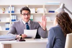 L'avvocato che discute caso legale con il cliente immagini stock libere da diritti