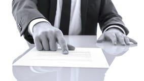 L'avvocato che mostra il cliente alla prova ha letto una dichiarazione Immagini Stock Libere da Diritti