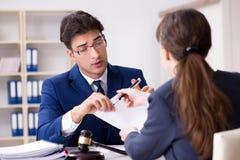 L'avvocato che parla con suo cliente in ufficio Fotografia Stock Libera da Diritti