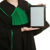 L'avvocato della donna tiene lo spazio in bianco della copia della compressa Fotografia Stock Libera da Diritti