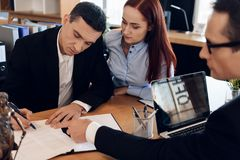 L'avvocato di divorzio mostra ad uomo dove firmare l'accordo della dissoluzione del matrimonio fotografia stock