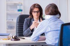 L'avvocato di visita danneggiato degli impiegati per consiglio su assicurazione immagine stock
