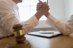 L'avvocato discute, è in conflitto con il cliente Accordo irrazionale immagine stock libera da diritti