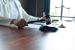 L'avvocato formula il consiglio, il consiglio, proposte legali Esame dei documenti giuridici immagini stock libere da diritti