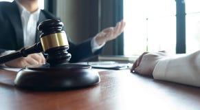 L'avvocato formula il consiglio, il consiglio, proposte legali Esame dei documenti giuridici fotografia stock