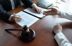 L'avvocato formula il consiglio, il consiglio, proposte legali Esame dei documenti giuridici immagine stock