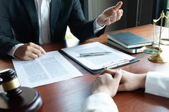 L'avvocato formula il consiglio, il consiglio, proposte legali Esame dei documenti giuridici fotografie stock