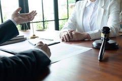L'avvocato formula il consiglio, il consiglio, proposte legali Esame dei documenti giuridici immagine stock libera da diritti