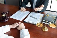 L'avvocato formula il consiglio, il consiglio, proposte legali Esame dei documenti giuridici immagini stock