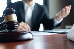 L'avvocato formula il consiglio, il consiglio, proposte legali Esame dei documenti giuridici fotografie stock libere da diritti