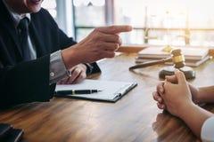 L'avvocato o il giudice maschio consulta avere riunione del gruppo con il cliente, La immagini stock libere da diritti