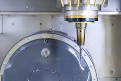 L'axe de la machine de commande numérique par ordinateur avec le coupeur de chandelle Photographie stock libre de droits