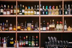L'Azerbaigian Bacu - 3 aprile 2018: Bottiglie di alcool e degli alcoolici immagine stock libera da diritti