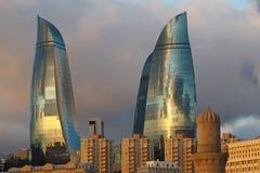 l'azerbaijan bacu Vista al paesaggio della città Torri della fiamma Fotografie Stock Libere da Diritti