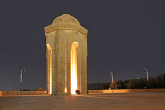 l'azerbaijan Il memoriale eterno della fiamma a Bacu alla notte Immagine Stock
