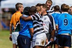 Gioco di rugby delle strette di mano dei giocatori più Immagine Stock