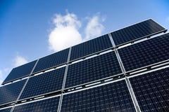 l'azzurro riveste il cielo di pannelli solare Fotografia Stock Libera da Diritti