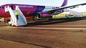 L'aéroport d'avion de wizzair d'air arrivent photo de beauté Images stock