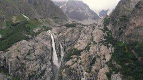 4l - Belle vue des cascades parmi de hautes roches dans Caucase, action aérienne banque de vidéos