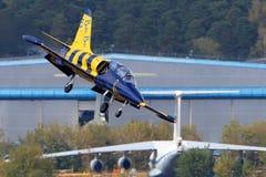 L-39C aereo Albatros YL-KSL delle api baltiche del gruppo acrobatici che perfoming volo di dimostrazione in Žukovskij durante il  fotografie stock