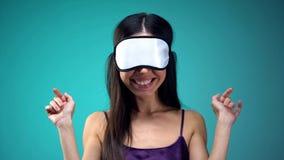 L?chelnde Frau in den Pyjamas, die Augenbinde auf den Augen, gehend zu schlafen, Nachtzeit tragen stockbilder