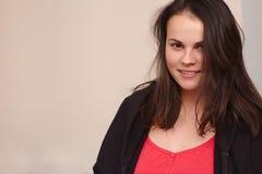 L?chelnde junge Frau in der zuf?lligen Kleidung Porträt plus Größenmodell auf Hintergrund stockfoto